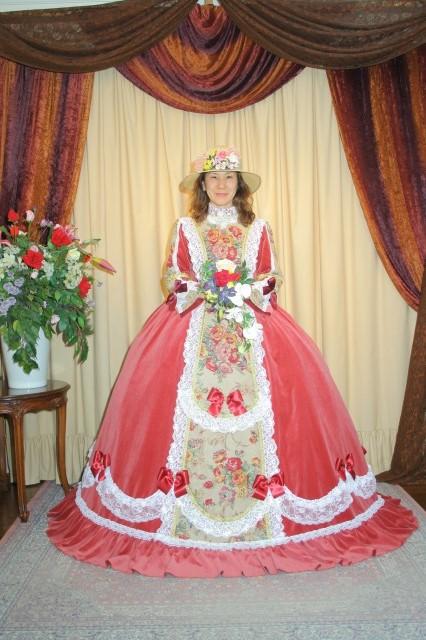 ドレスの一部をご紹介いたします。ドレスに合わせて帽子がセットになっています。 プラス300円でティアラも御利用いただけます。